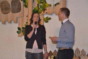 Familiearbeidar Anne Birgitte Auestad blir presentert av møteleiar Rolf Gunnar Husveg.