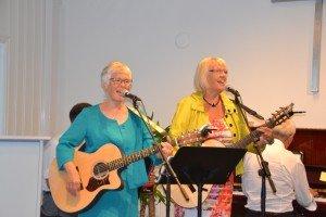 Marit og Irene deltok med tale og song.